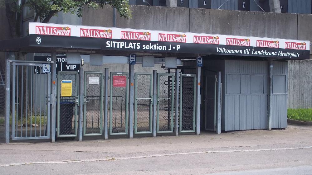 """Etwas außerhalb der Stadt, zu Fuß etwa 30 Minuten vom Bahnhof entfernt, liegt in zwischen Wohnhäusern und Parkanlagen der """"Landskrona Idrottsplats"""""""