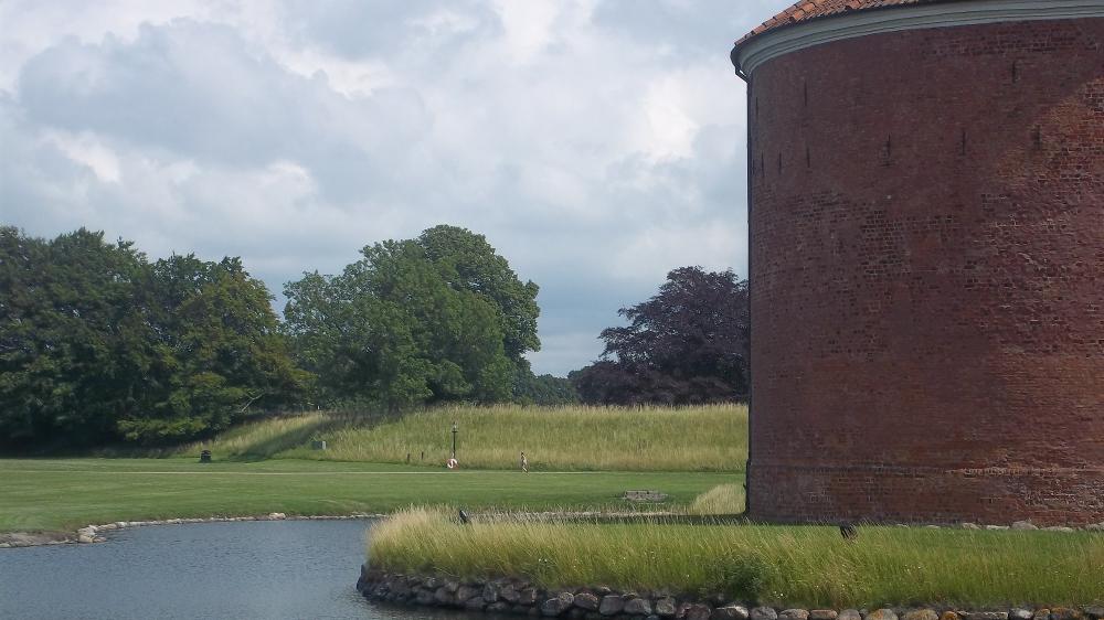 ...einem ausgedehnten Schlosspark zum einfach mal bräsig in der Sonne liegen...