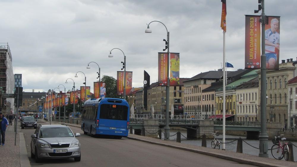 Norra Hamngatan: Wie fast überall säumen auch hier die Fahnen und Plakate der EM die Straßen