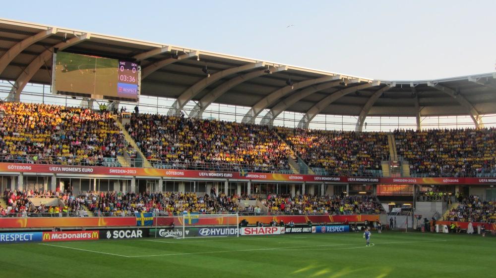 16.128 Zuschauer: Das Stadion war, von einigen VIP-Sitzen abgesehen, voll