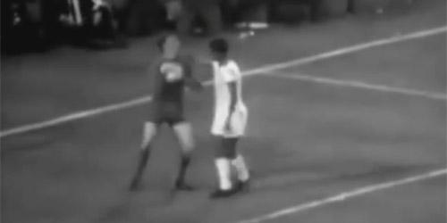 Eusebio und Alex Stepney 1968