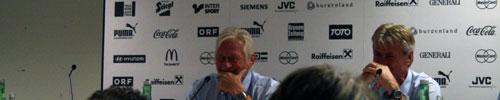 Karel Brückner lacht bei der Pressekonferenz