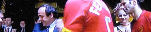 Michel Platini übergibt Manchester die CL-Trophäe
